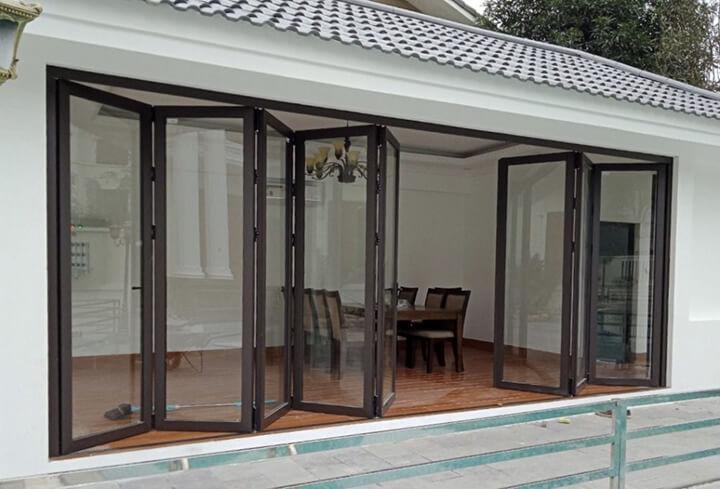 Cửa xếp trượt nhôm Xingfa là loại cửa có cấu tạo đặc biệt từ các cánh cửa nhỏ được làm từ khung nhôm Xingfa và kính cao cấp